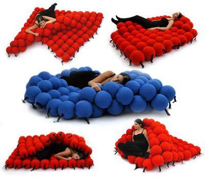 15 endroits pour faire la sieste - Bed made of balls ...