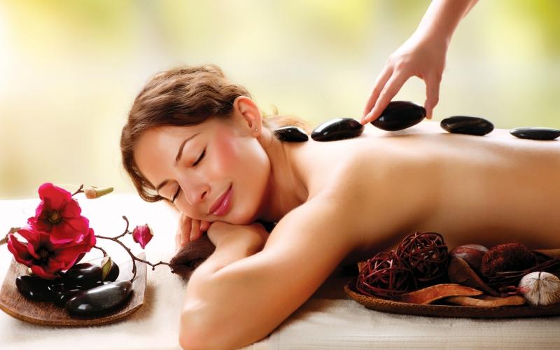 Zoom sur le massage aux pierres chaudes