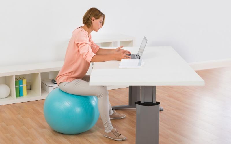Se muscler en travaillant grâce au Gym ball