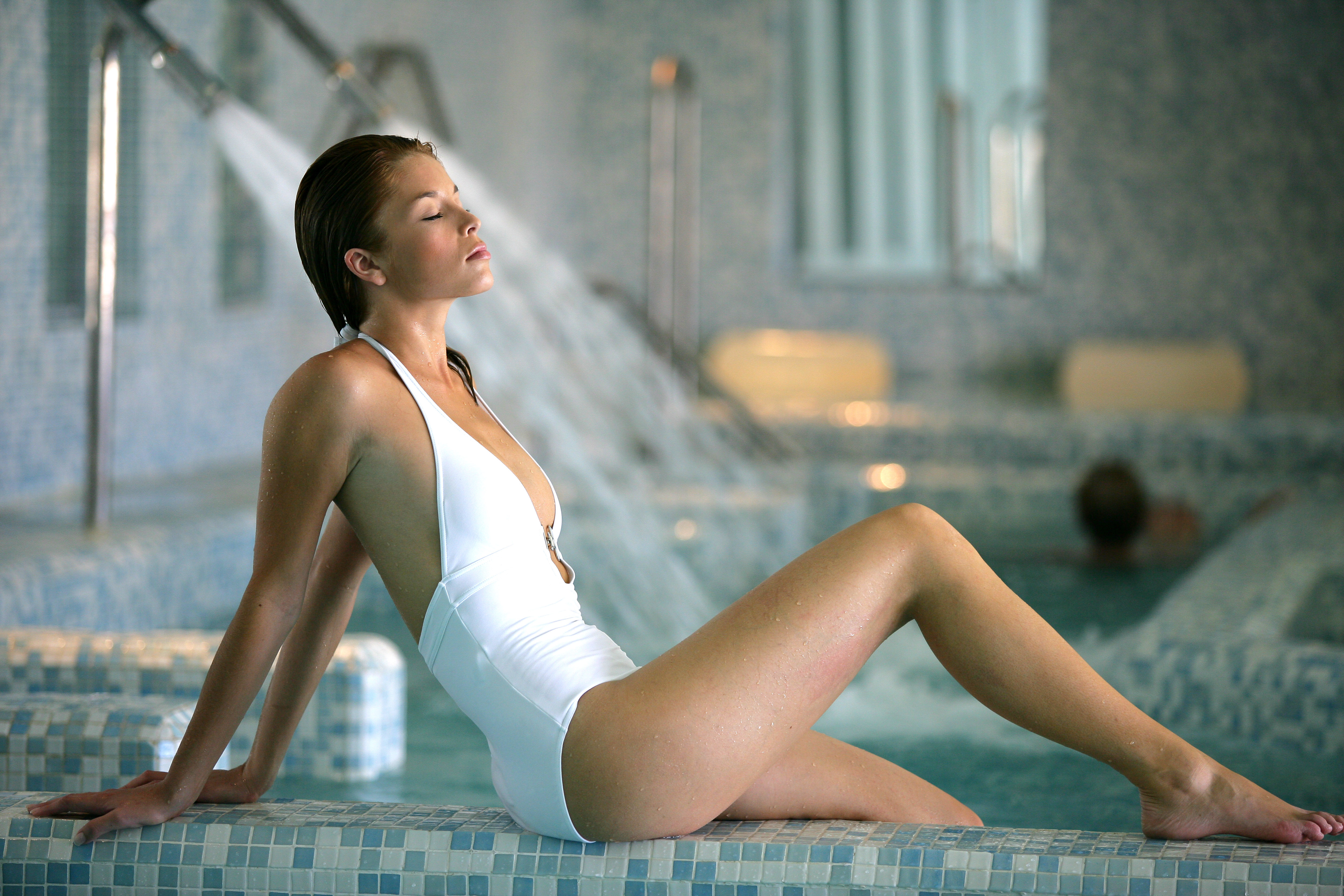 femme thalasso piscine jets