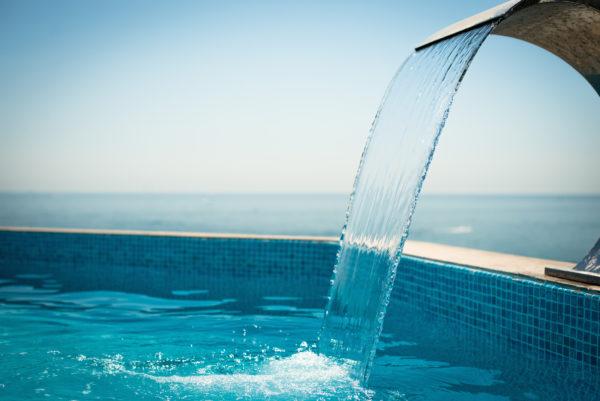 Piscine et cascade d'eau
